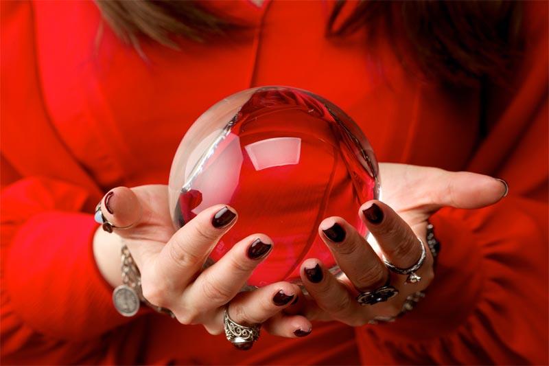 水晶を持って予言する女性