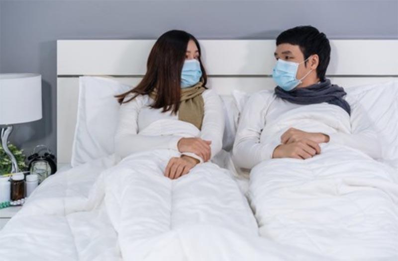 ベッドでもマスクをするカップル