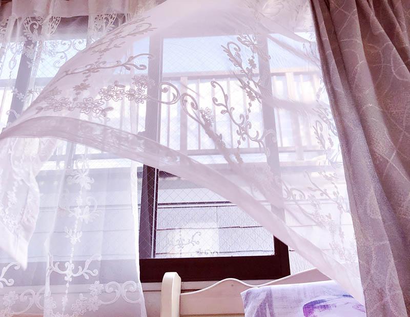 明るい窓辺