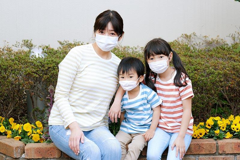 マスクをする家族