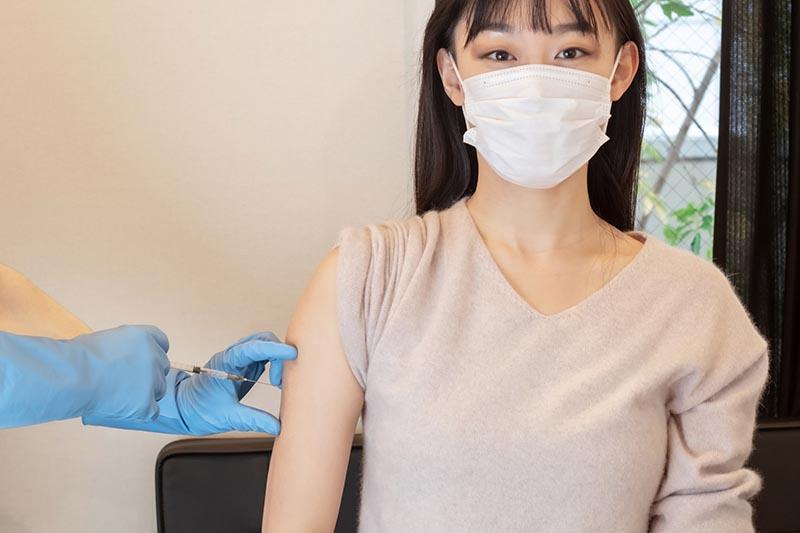 ワクチン接種する女性