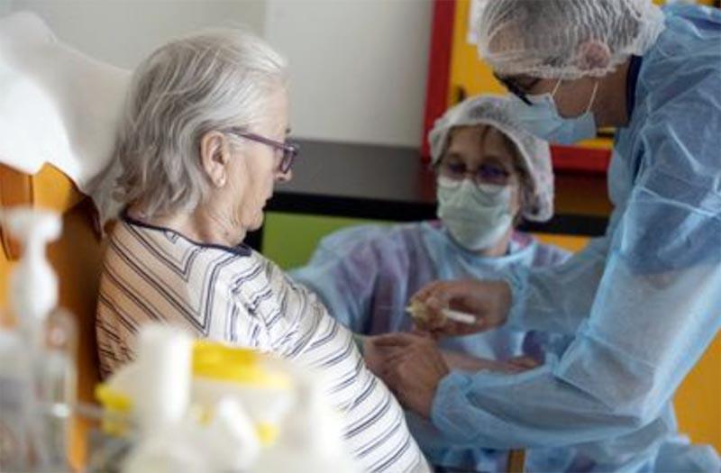 ワクチンを打つ老人