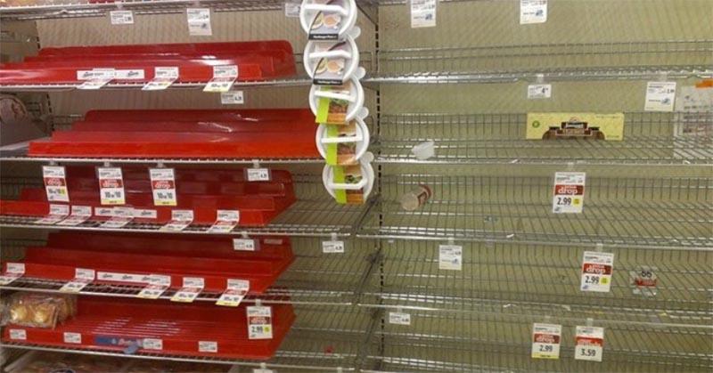 食料のないスーパーの棚