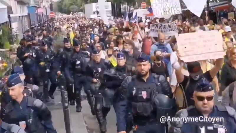 パリのワクチンパスポート反対デモ